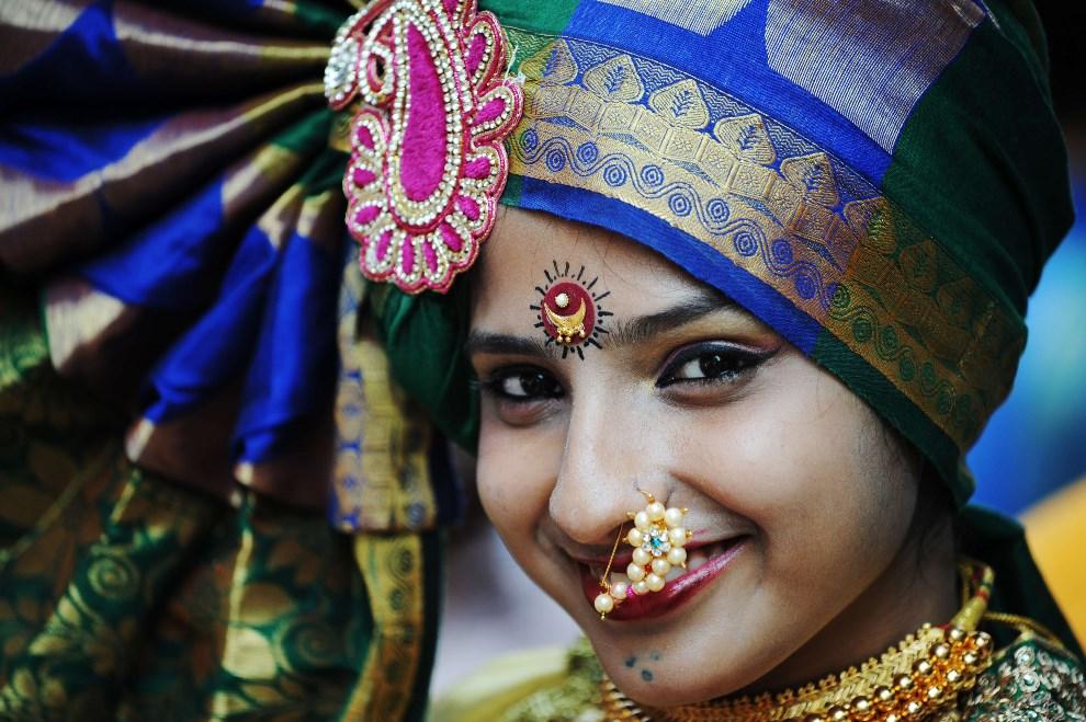 21.INDIE, Bombaj, 31 marca 2014: Kobieta w tradycyjnym stroju, podczas witania nowego roku (według kalendarza księżycowego). AFP PHOTO/ INDRANIL MUKHERJEE