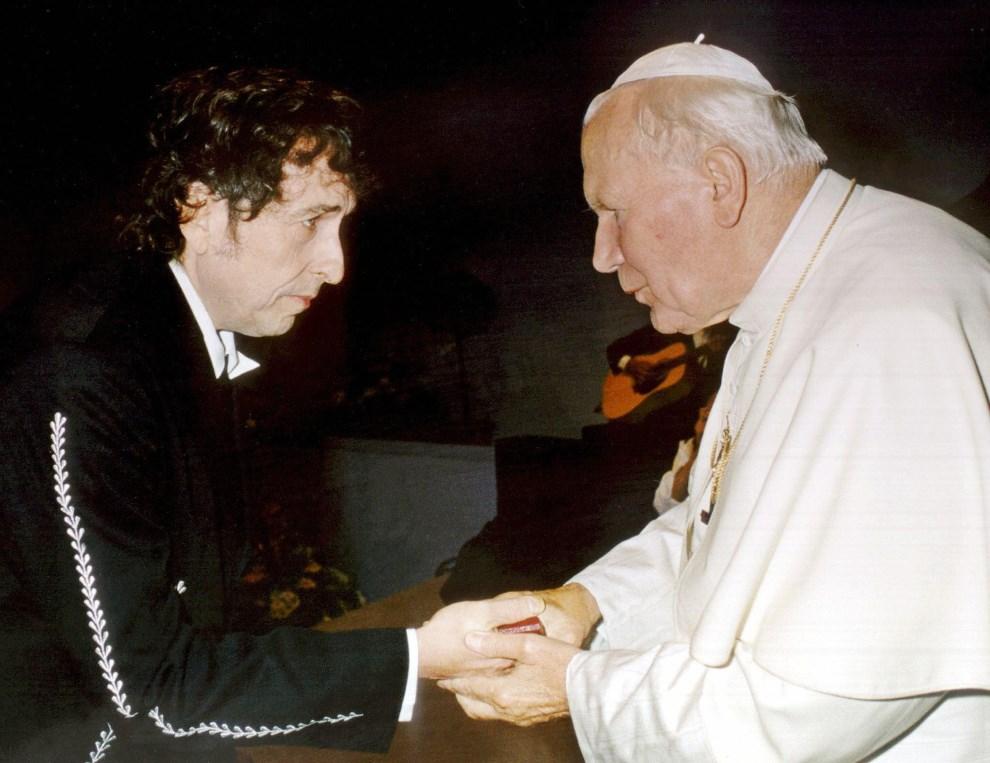22.WŁOCHY, Bologna, 17 września (brak roku): Bob Dylan wita się z Janem Pawłem II podczas audiencji. AFP.
