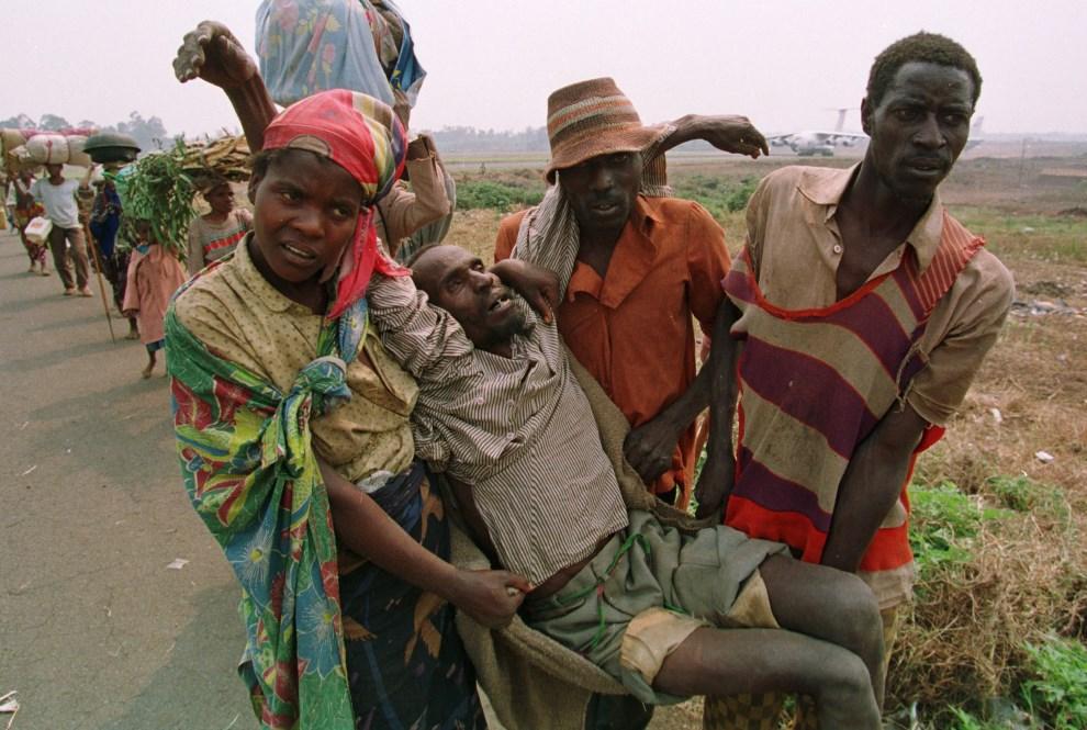 22.ZAIR, Goma, 19 lipca 1994: Wycieńczony mężczyzna niesiony przez bliskich podczas ucieczki do Zairu. AFP PHOTO PASCAL GUYOT.