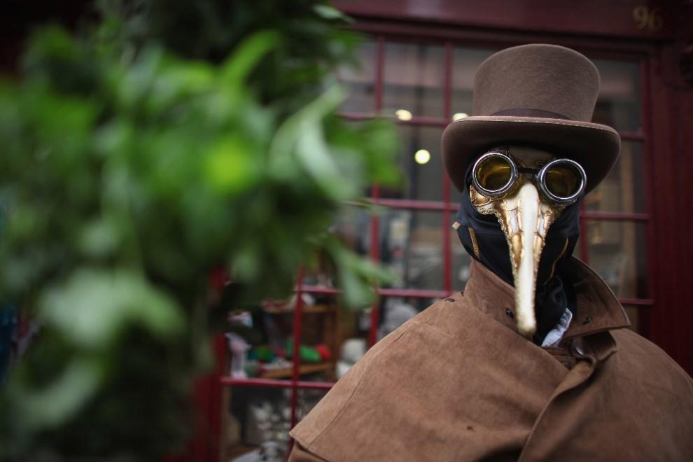 22.WIELKA BRYTANIA, Whitby, 28 kwietnia 2012: Uczestnik zabawy podczas gotyckiego weekendu w  Whitby. (Foto: Christopher Furlong/Getty Images)
