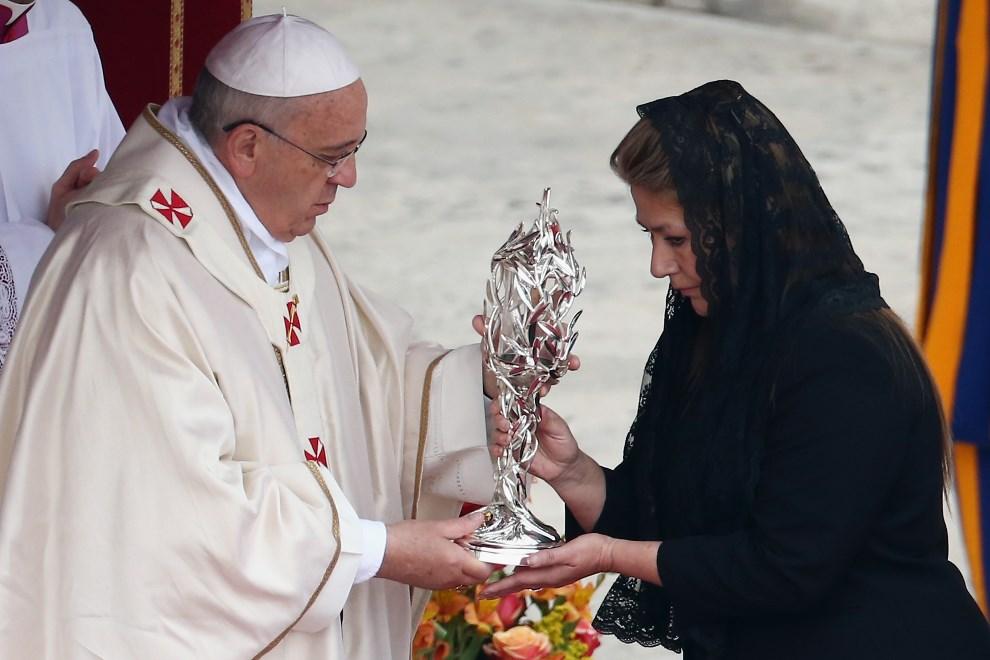 22.WATYKAN, 27 kwietnia 2014: Floribeth Mora, której uzdrowienie przypisuje się Janowi Pawłowi II, przekazuje relikwiarz Franciszkowi. (Foto: Dan Kitwood/Getty   Images)