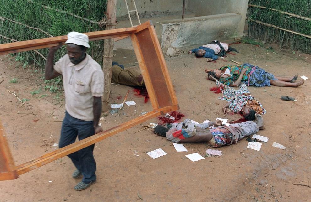 23.RWANDA, Kigali, 11 kwietnia 1994: Szabrownik z ramą łóżka wyniesioną z domu zamordowanej rodziny. AFP PHOTO / PASCAL GUYOT