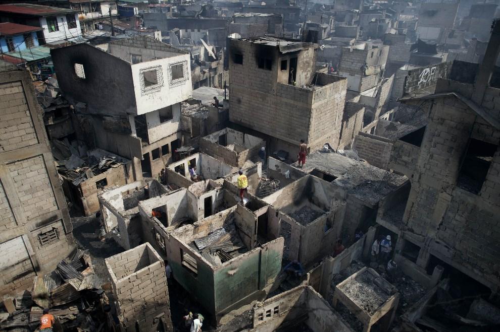 23.FILIPINY, Manila, 21 kwietnia 2014: Widok na część slumsów zniszczoną podczas pożaru. AFP PHOTO/NOEL CELIS