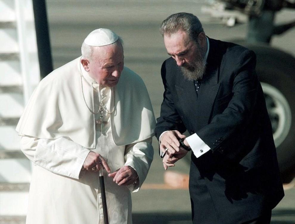 23.KUBA, Hawana, 21 stycznia 1998: Fidel Castro przyjmuje Jana Pawła II na płycie lotniska w Hawanie. AFP PHOTO/Michel GANGNE
