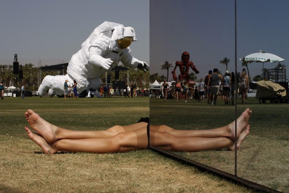 23.USA, Indio, 12 kwietnia 2014: Kobiece nogi odbijające się w lustrach jednej z instalacji. AFP PHOTO / David McNew