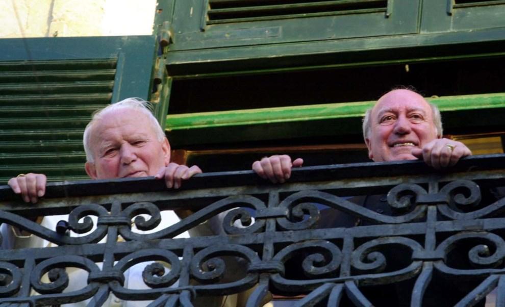 24.MALTA, Gudja, 8 maja 2001: Jan Paweł II i prezydent Malty, Guido Di Marco, na balkonie parlamentu.  AP POOL/Massimo Sambucetti
