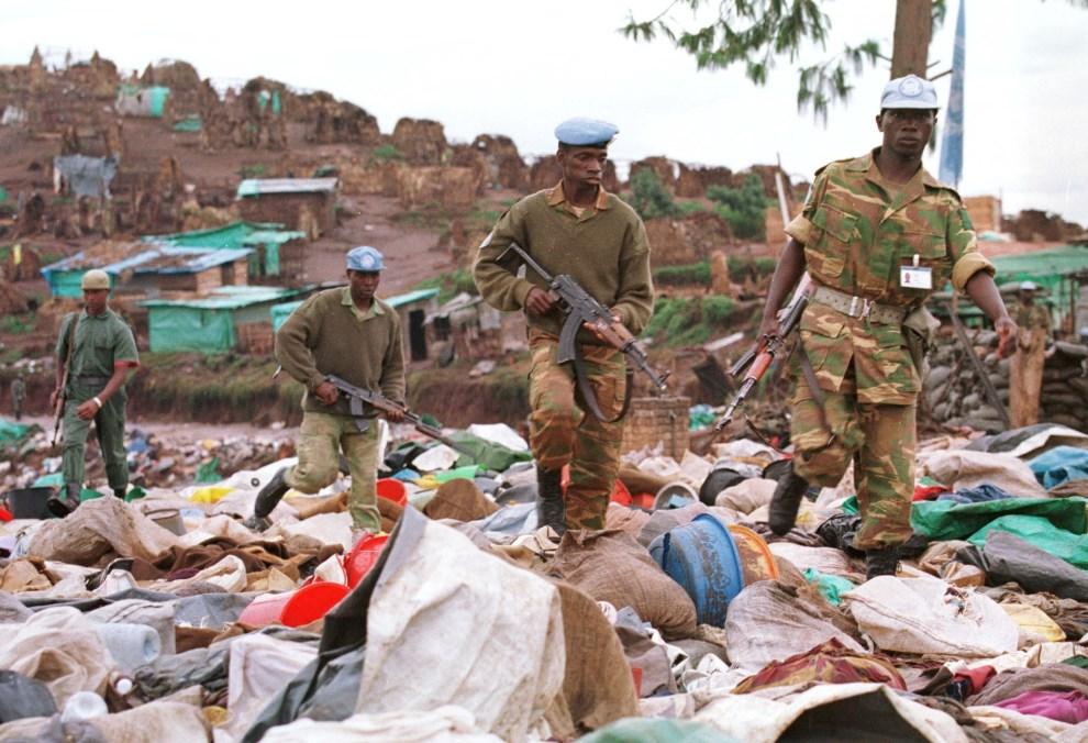 24.RWANDA, Kibeho, 26 kwietnia 1995: Malijscy żołnierze z kontyngentu ONZ przeszukują miejsce, w którym zamordowano blisko 2000 Hutu. AFP