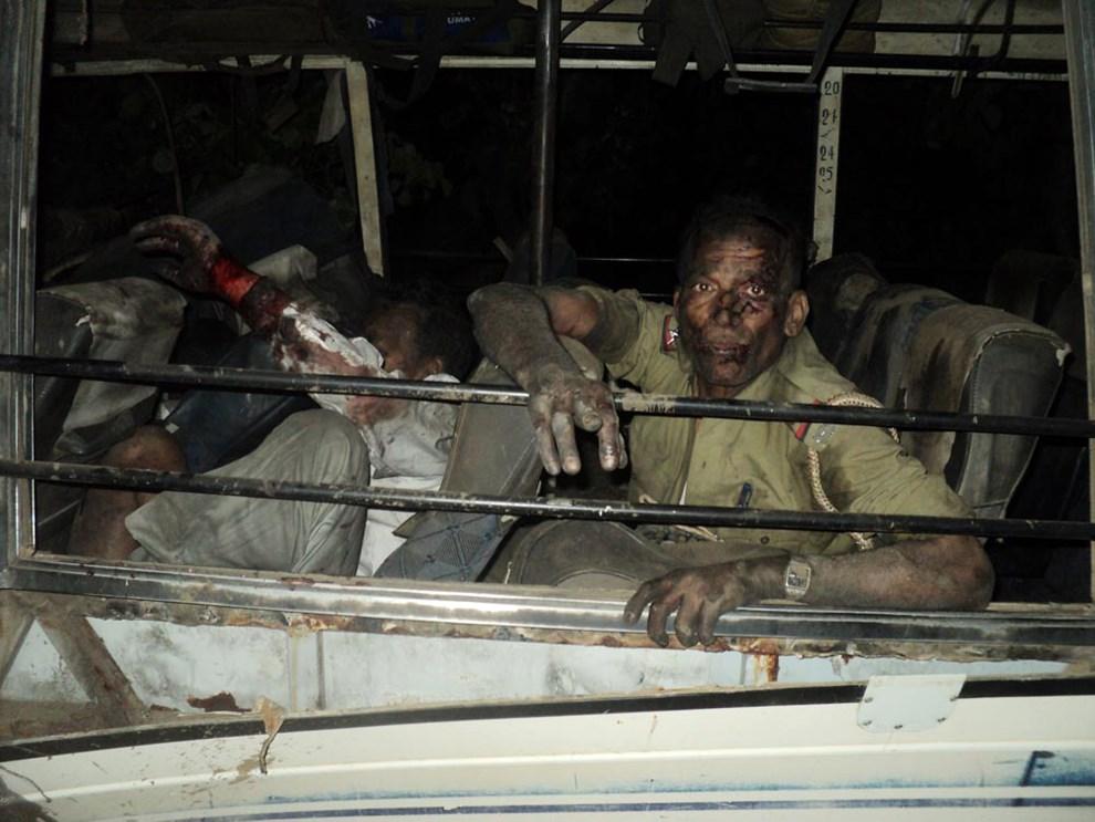 24.INDIE, Sikaripara, 24 kwietnia 2014: Wnętrze autobusu z policjantami, zaatakowanego przez maoistycznych rebeliantów. AFP PHOTO/STR