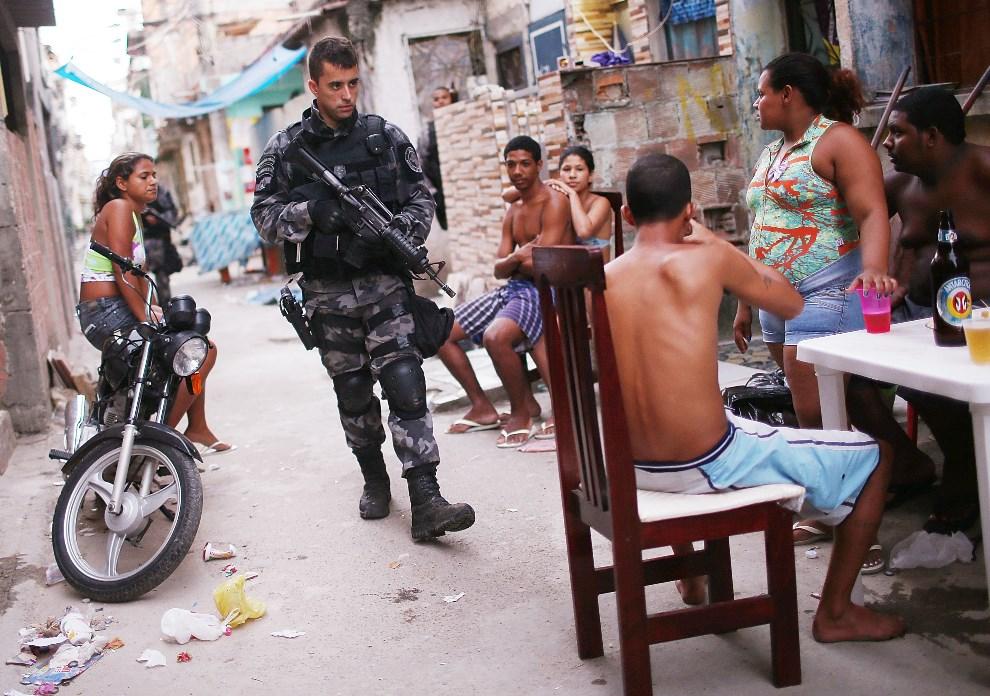 24.BRAZYLIA, Rio de Janeiro, 30 marca 2014: Policjant patrolujący ulice w Complexo da Mare. (Foto: Mario Tama/Getty Images)
