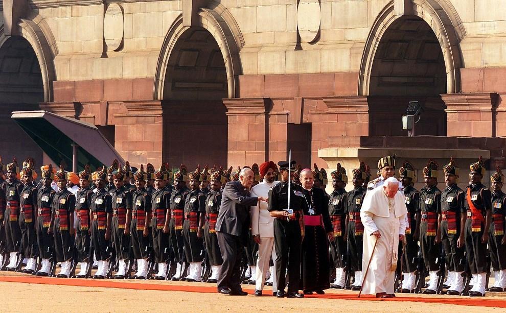 25.INDIE, New Delhi, 6 listopada 1999: Jan Paweł II podczas powitania w Indiach. (ELECTRONIC IMAGE) AFP PHOTO