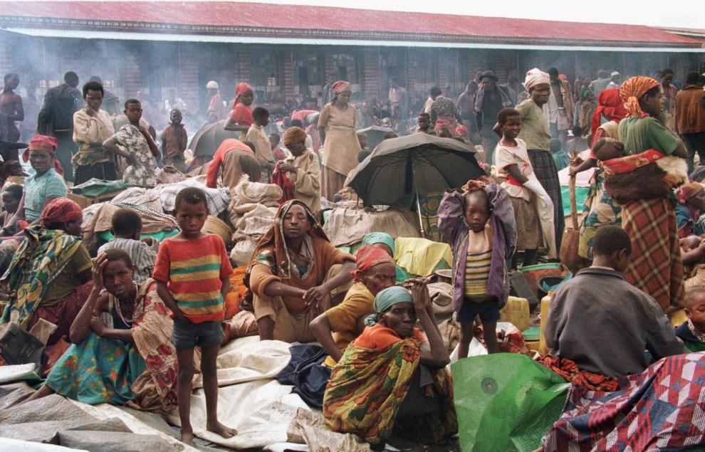 25.RWANDA, Kibeho, 27 kwietnia 1995: Hutu mieszkający w obozie dla uchodźców. AFP