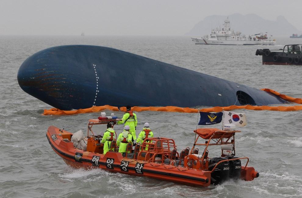 25.KOREA POŁUDNIOWA, Jindo-Gun, 17 kwietnia 2014: Straż przybrzeżna zabezpiecza wrak zatopionego promu. (Foto: Chung Sung-Jun/Getty Images)