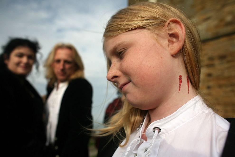 25.WIELKA BRYTANIA, Whitby, 27 października 2007: Dziewczynka z namalowanymi śladami ukąszenia przez wampira. (Foto: Christopher Furlong/Getty Images)