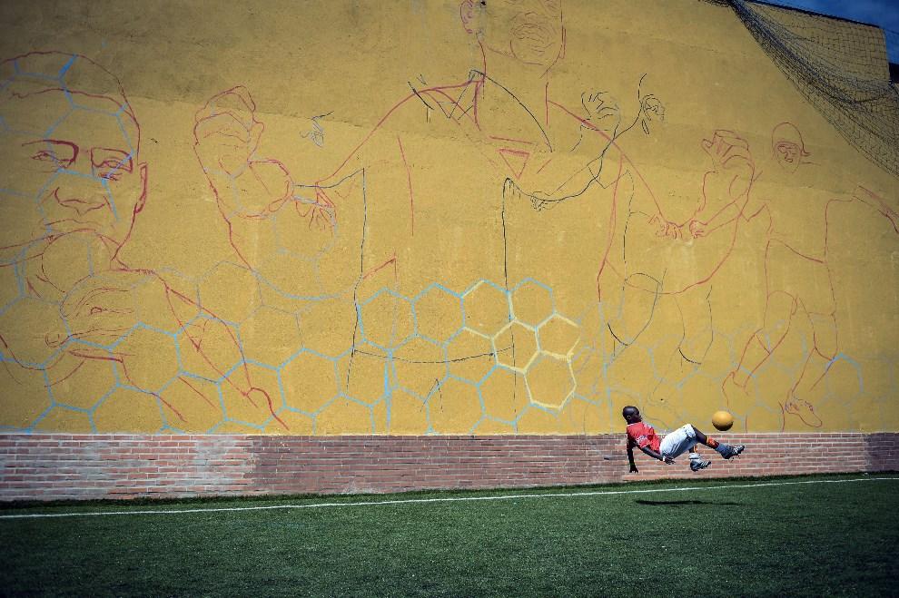 """25.BRAYZLIA, Rio de Janeiro, 1 kwietnia 2014: Kenijski zawodnik podczas finałów """"Street Child World Cup"""". AFP PHOTO / YASUYOSHI CHIBA"""