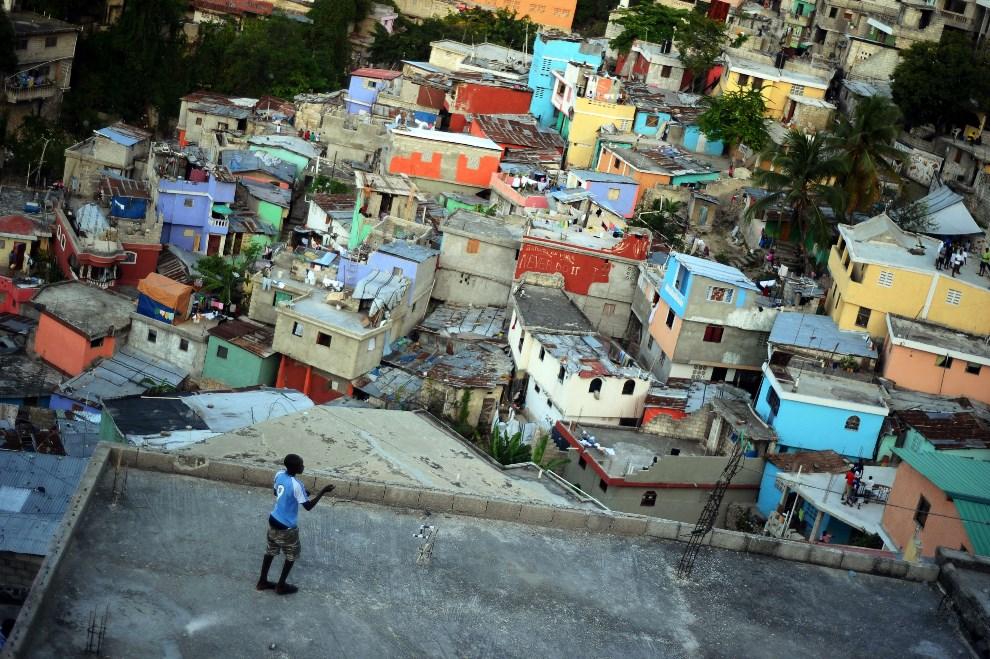 25.HAITI, Port au Prince, 7 kwietnia 2014: Chłopak z latawcem. AFP PHOTO / Hector RETAMAL