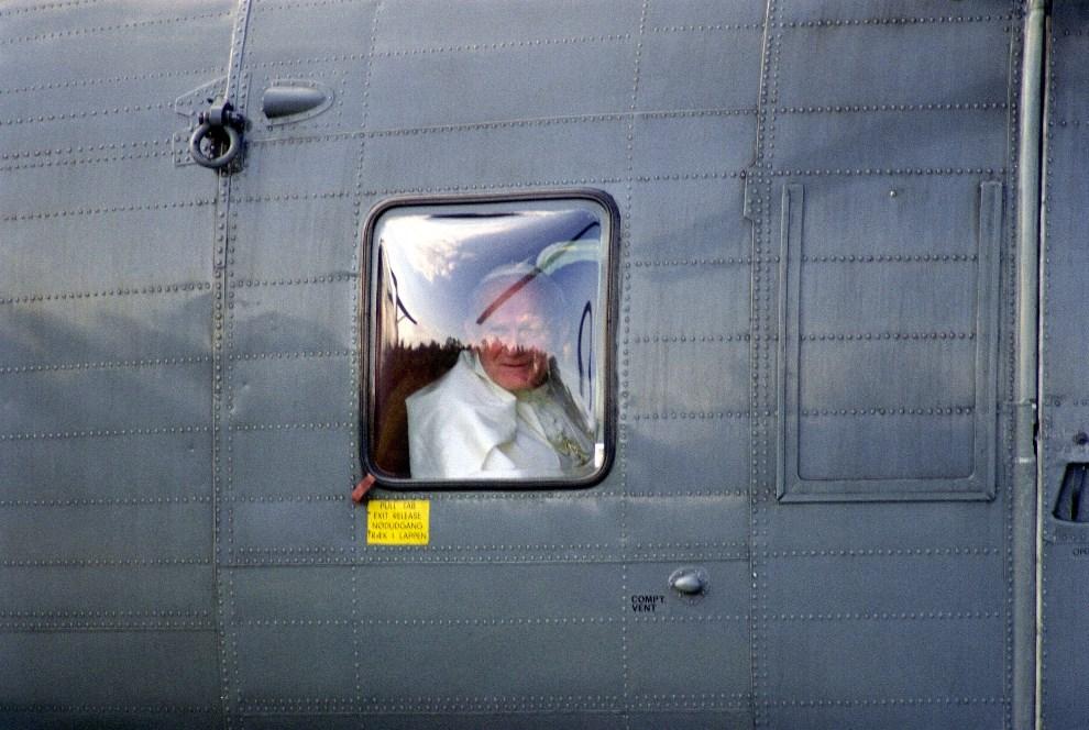 26.NORWEGIA, Oslo, 1 czerwca 1989: Jan Paweł II w oknie śmigłowca. AFP.