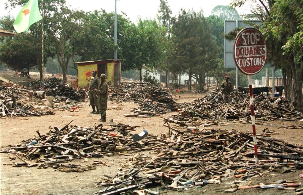 26.ZAIR, Goma, 17 lipca 1994: Zairscy żołnierz pośród broni skonfiskowanej żołnierzom obalonego rządu Rwandy. AFP PHOTO PASCAL GUYOT.