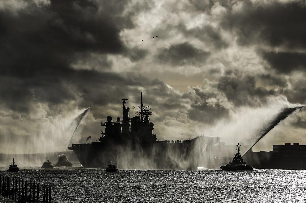 26.WIELKA BRYTANIA, Portsmouth, 10 stycznia 2014: HMS Illustrious wchodzi do portu w Portsmouth. (Foto: Dan Kitwood/Getty Images)