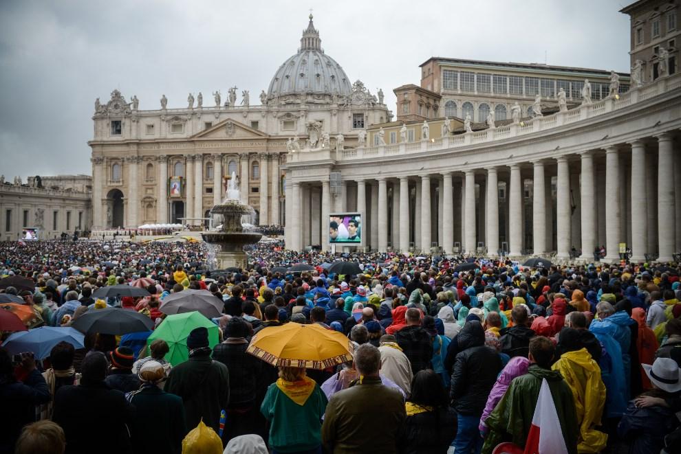 26.WATYKAN, 27 kwietnia 2014: Pielgrzymi uczestniczący w mszy kanonizacyjnej. (Foto: Giorgio Cosulich/Getty Images)