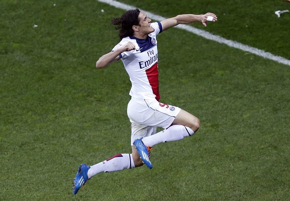 26.FRANCJA, Nicea, 28 marca 2014: Edinson Cavani (Paris Saint-Germain) cieszy się z gola zdobytego w meczu przeciw zespołowi  OGC Nice. AFP PHOTO / VALERY HACHE