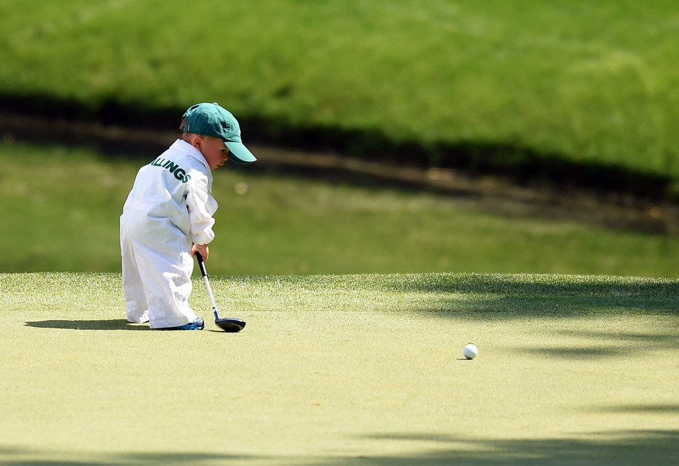 26.USA, Augusta, 9 kwietnia 2014: Syn Scotta Stallingsa na polu golfowym przed rozpoczęciem Masters Golf Tournament w Augusta National Golf Club. AFP PHOTO/Jim   WATSON