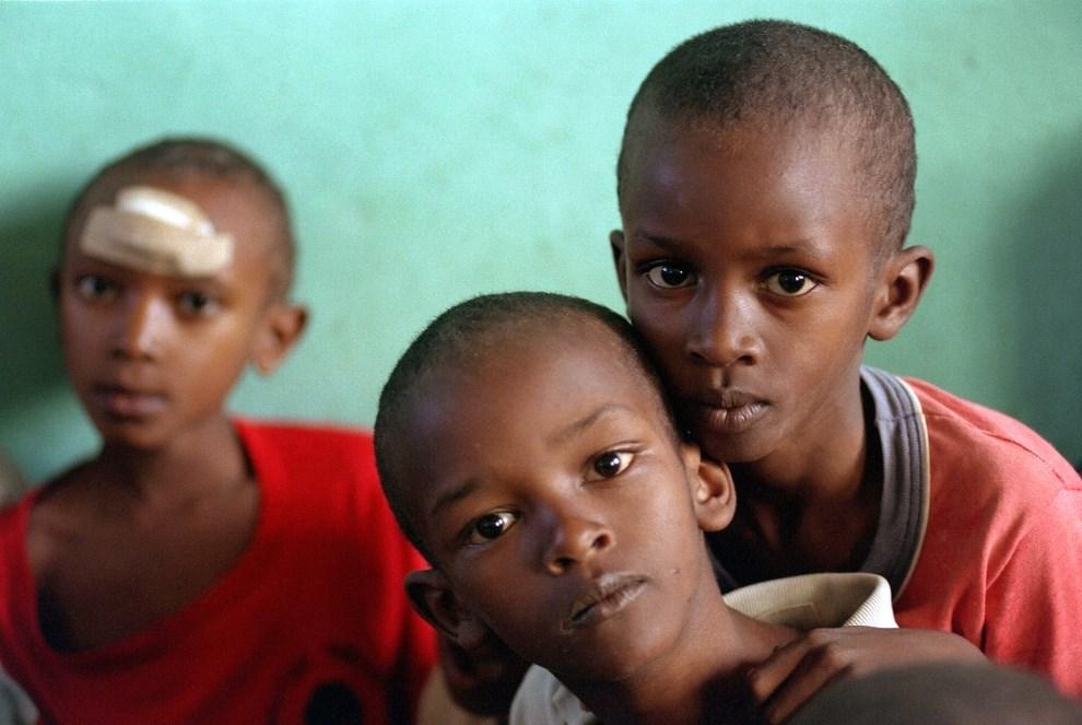 27.RWANDA, Kabgayi, 27 maja 1994: Sieroty chroniące się w kościele. AFP