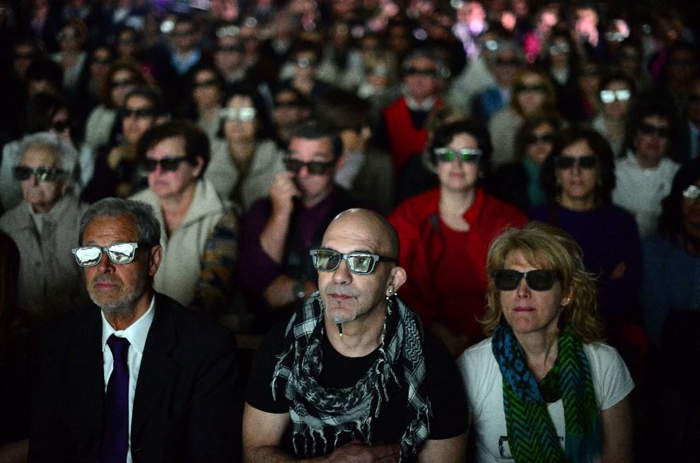 27.WŁOCHY, Mediolan, 27 kwietnia 2014: Wierni w kościele oglądają transmisję mszy kanonizacyjnej w 3D. AFP PHOTO / OLIVIER MORIN