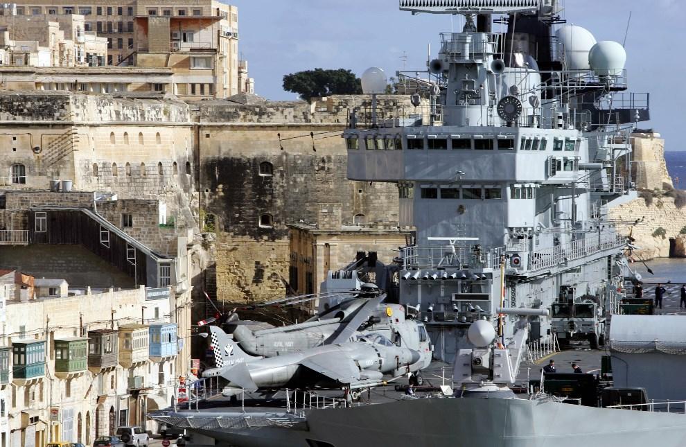 27.MALTA, Valletta, 23 listopada 2005: HMS Illustrious w porcie, podczas wizyty Elżbiety II na Malcie. AFP PHOTO/ Patrick HERTZOG