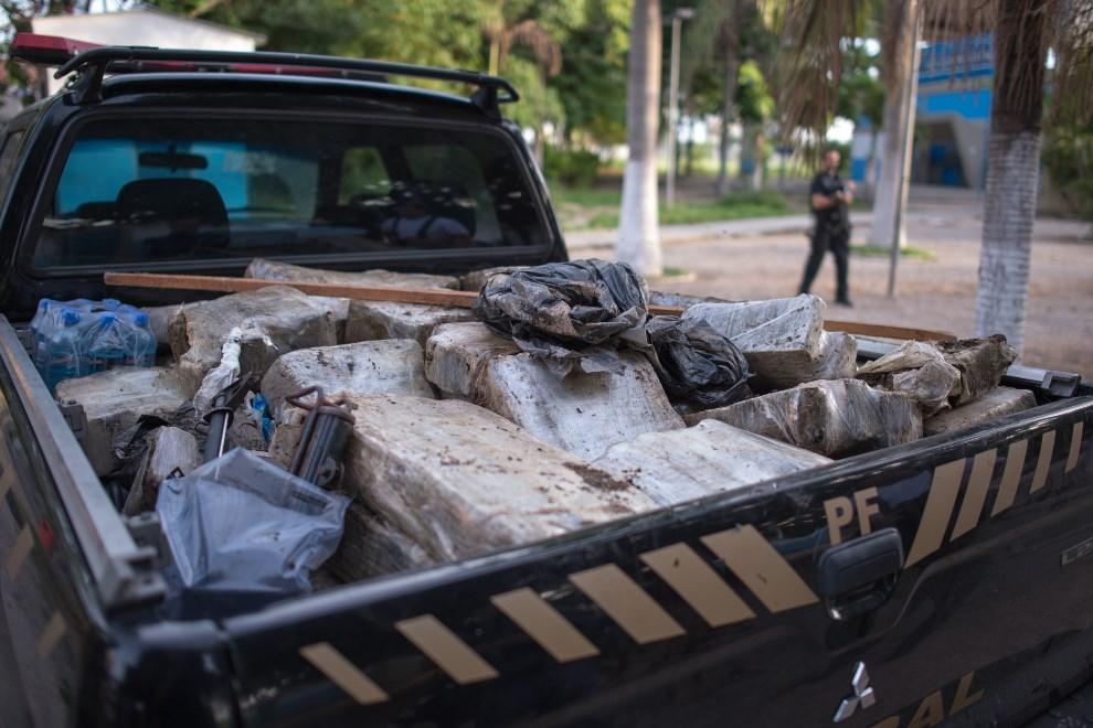27.BRAZYLIA, Rio de Janeiro, 30 marca 2014: Narkotyki przejęte przez policję podczas przeszukania części faweli Complexo da Mare. (Foto: Buda Mendes/Getty Images)
