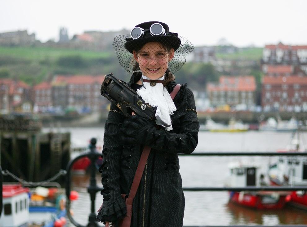27.WIELKA BRYTANIA, Whitby, 26 kwietnia 2014:Dziewięcioletnia Eden Ratcliffe z Chroley w przebraniu łowcy wampirów. (Foto: Ian Forsyth/Getty Images)