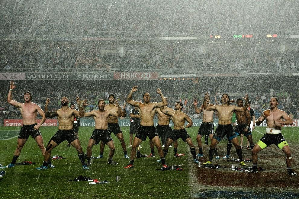 27.CHINY, Hong Kong, 30 marca 2014: Haka w wykonaniu zespołu z Nowej Zelandii po zwycięstwie nad drużyną z Anglii. AFP PHOTO / Philippe Lopez
