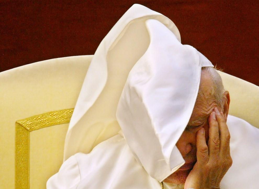 28.WŁOCHY, Castelgandolfo, 23 lipca 2003: Jan Paweł II podczas audiencji w letniej rezydencji. AFP PHOTO/Patrick HERTZOG