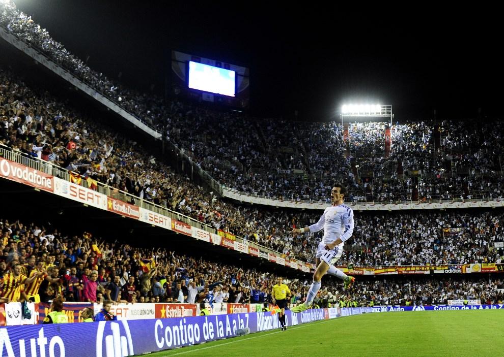 """28.HISZPANIA, Walencja, 16 kwietnia 2014: Gareth Bale cieszy się ze zdobytego gola w meczu """"Copa del Rey"""", pomiędzy klubami FC Barcelona i Real Madrid CF. AFP   PHOTO/ DANI POZO"""