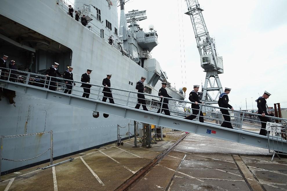 28.WIELKA BRYTANIA, Portsmouth, 10 stycznia 2014: Załoga HMS Illustrious schodzi na ląd w Portsmouth. (Foto: Dan Kitwood/Getty Images)