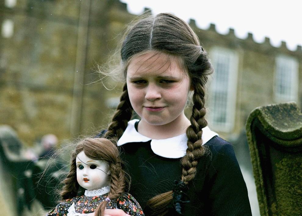 28.WIELKA BRYTANIA, Whitby, 26 kwietnia 2014: Colette Rimmer z Wigan pozuje z lalką. (Foto: Ian Forsyth/Getty Images)
