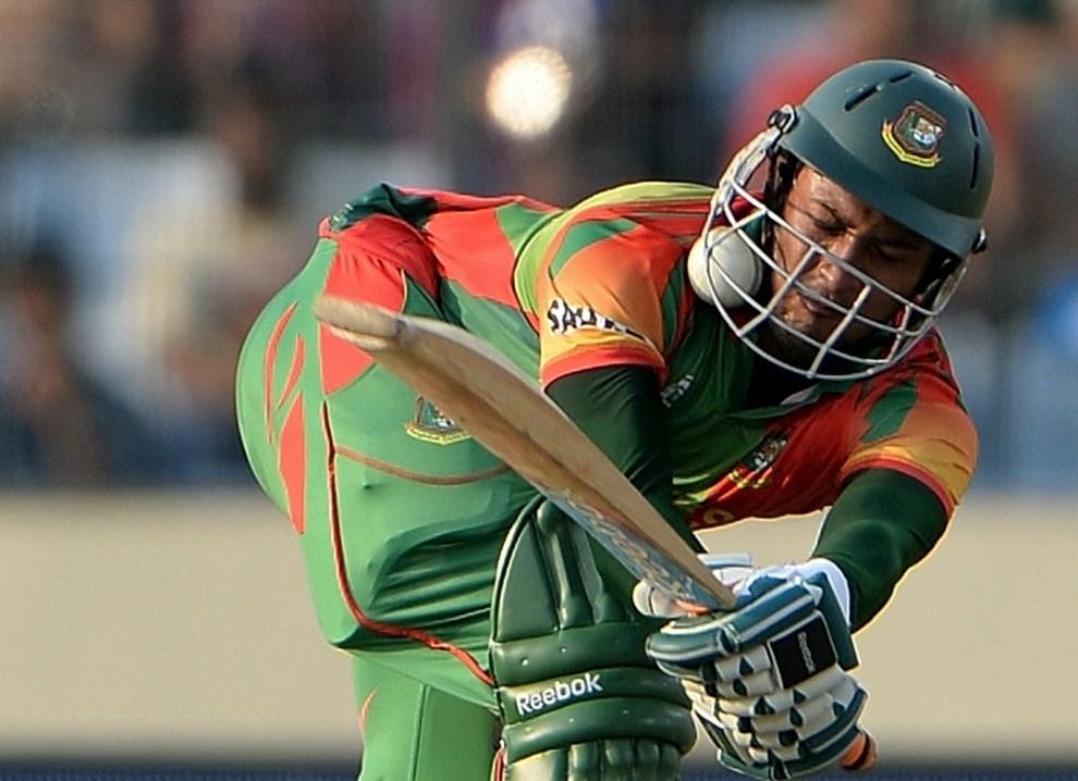 28.BANGLADESZ, Dhaka, 1 kwietnia 2014: Zawodnik trafiony piłką podczas meczu krykieta. AFP