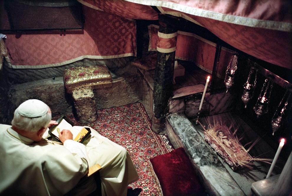 29.AUTONOMIA PALESTYŃSKA, Betlejem, 22 marca 2000: Jan Paweł II podczas modlitwy w Grocie Narodzenia. AFP.