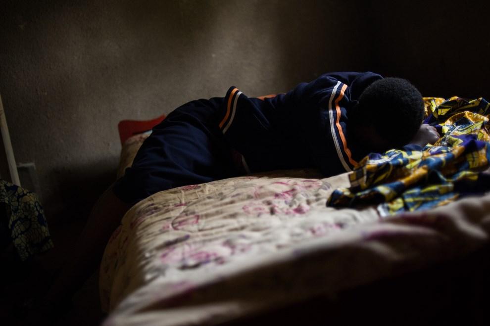 29.RWANDA, Kigali, 14 marca 2014: 19-letnia dziewczyna, córka kobiety zgwałconej podczas walk w 1994 roku.. AFP PHOTO/PHIL MOORE
