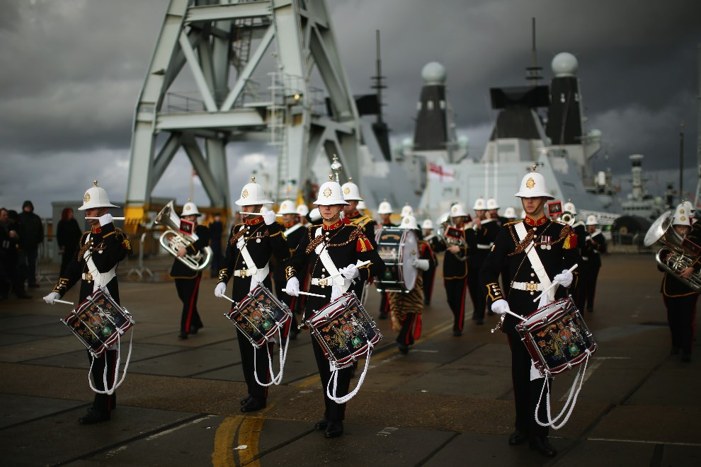 29.WIELKA BRYTANIA, Portsmouth, 10 stycznia 2014: Orkiestra wojskowa wita w porcie załogę HMS Illustrious. (Foto: Dan Kitwood/Getty Images)