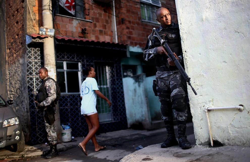 29.BRAZYLIA, Rio de Janeiro, 30 marca 2014: Policjant zabezpieczający wejście do faweli Complexo da Mare. (Foto: Mario Tama/Getty Images)