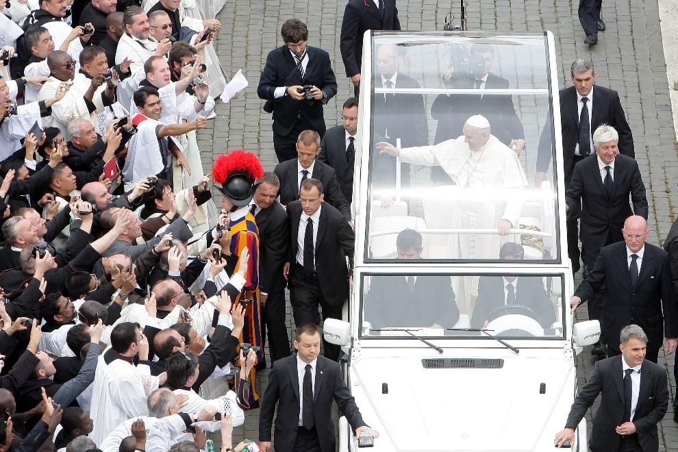 29.WATYKAN, 27 kwietnia 2014: Papież Franciszek opuszcza Plac Świętego Piotra po zakończonej mszy. (Foto: Franco Origlia/Getty Images)