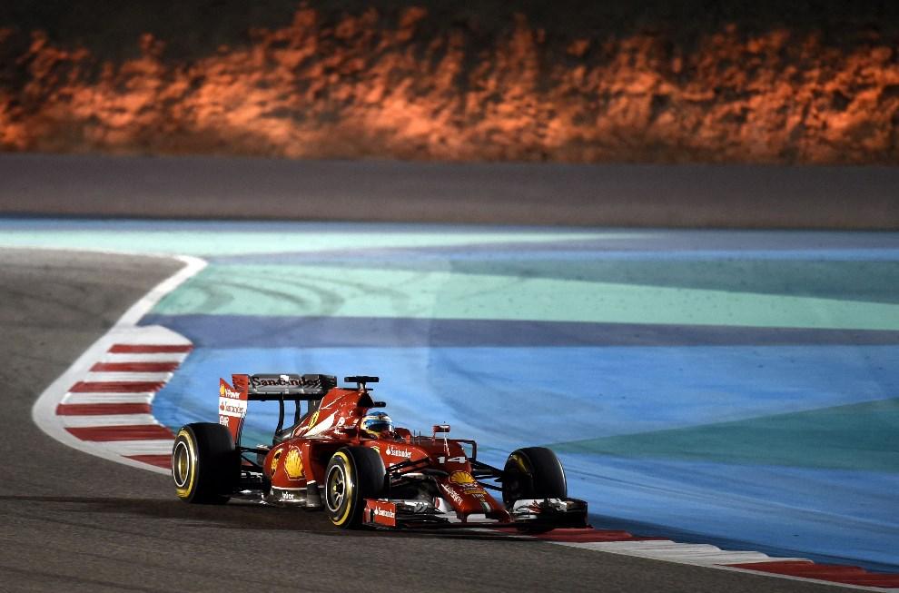 29.BAHRAJN, Manama, 6 kwietnia 2014: Frenando Alonso z zespołu Scuderia Ferrari na torze Sakhir. AFP PHOTO / MOHAMMED AL-SHAIKH