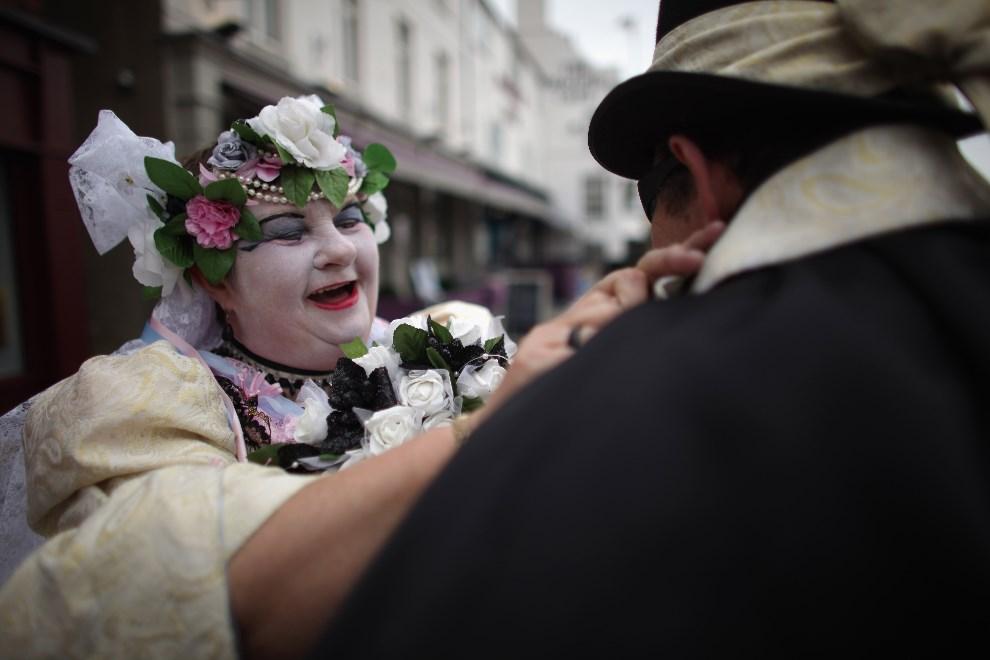 2.WIELKA BRYTANIA, Whitby, 28 kwietnia 2014: Wybranka Drakuli, znana również jako Jean Pawson, poprawia kołnierzyk Drakuli. (Foto: Christopher Furlong/Getty Images)