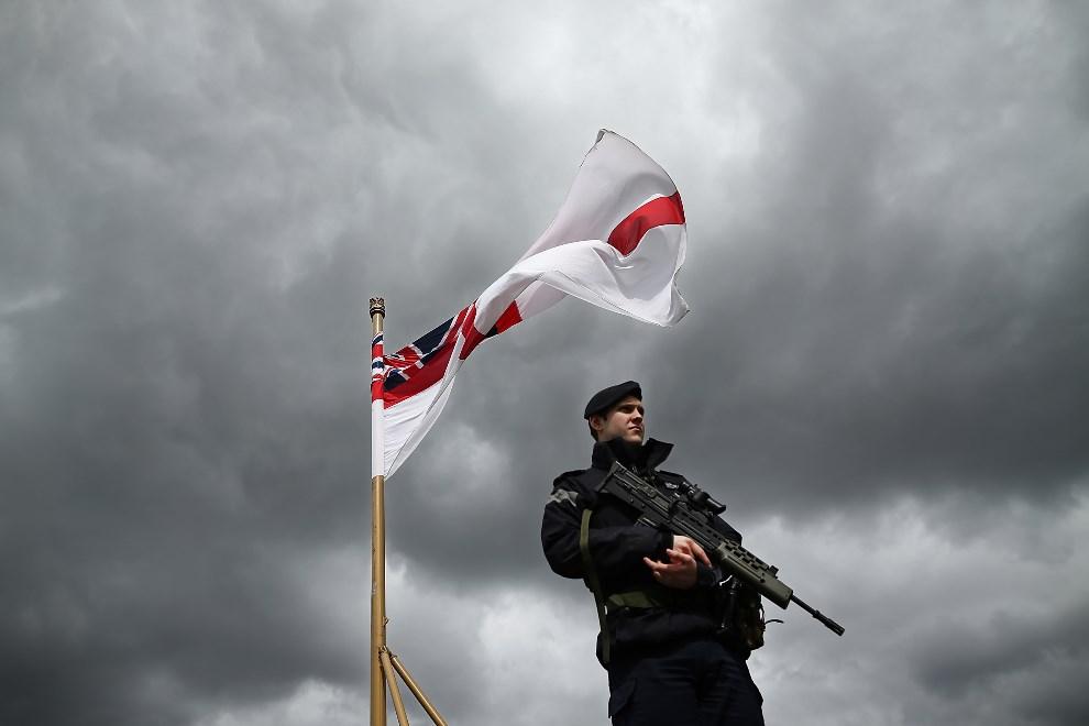 2.WIELKA BRYTANIA, Londyn, 10 maja 2013: Żołnierz patrolujący jednostkę zacumowaną w porcie. (Foto: Dan Kitwood/Getty Images)