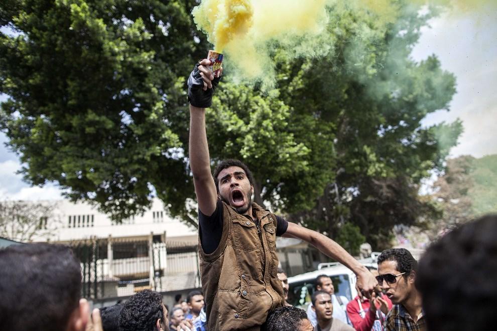 2.EGIPT, Kair, 9 kwietnia 2014: Zwolennicy Bractwa Muzułmańskiego demonstrujący przed uniwersytetem. AFP PHOTO / MAHMOUD KHALED