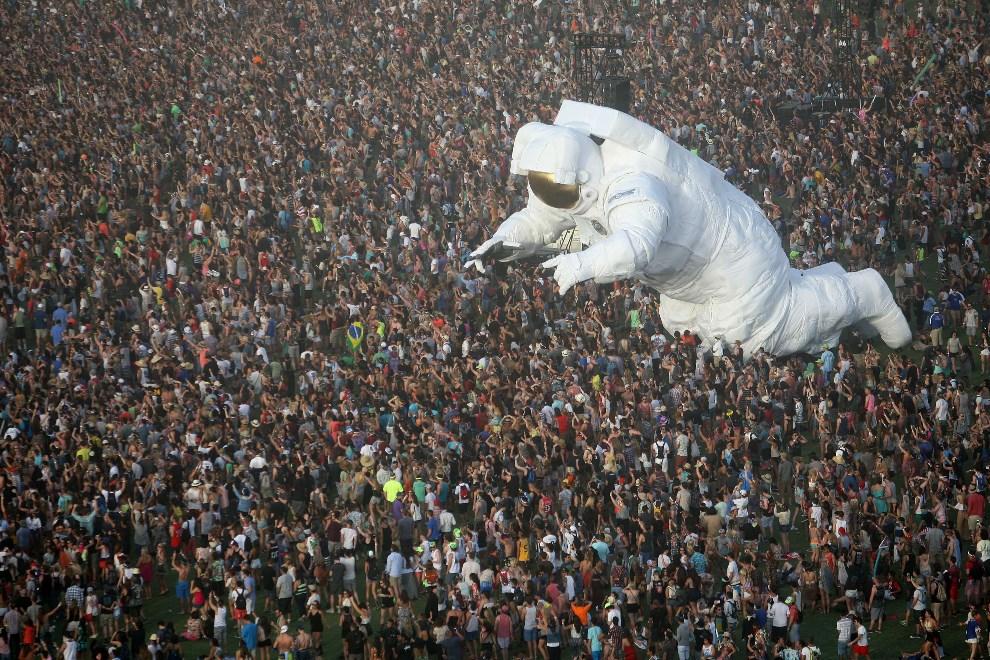 2.USA, Indio, 12 kwietnia 2014: Balon-astronauta unoszący się nad ludźmi bawiącymi się na festiwalu.  AFP PHOTO / David McNew