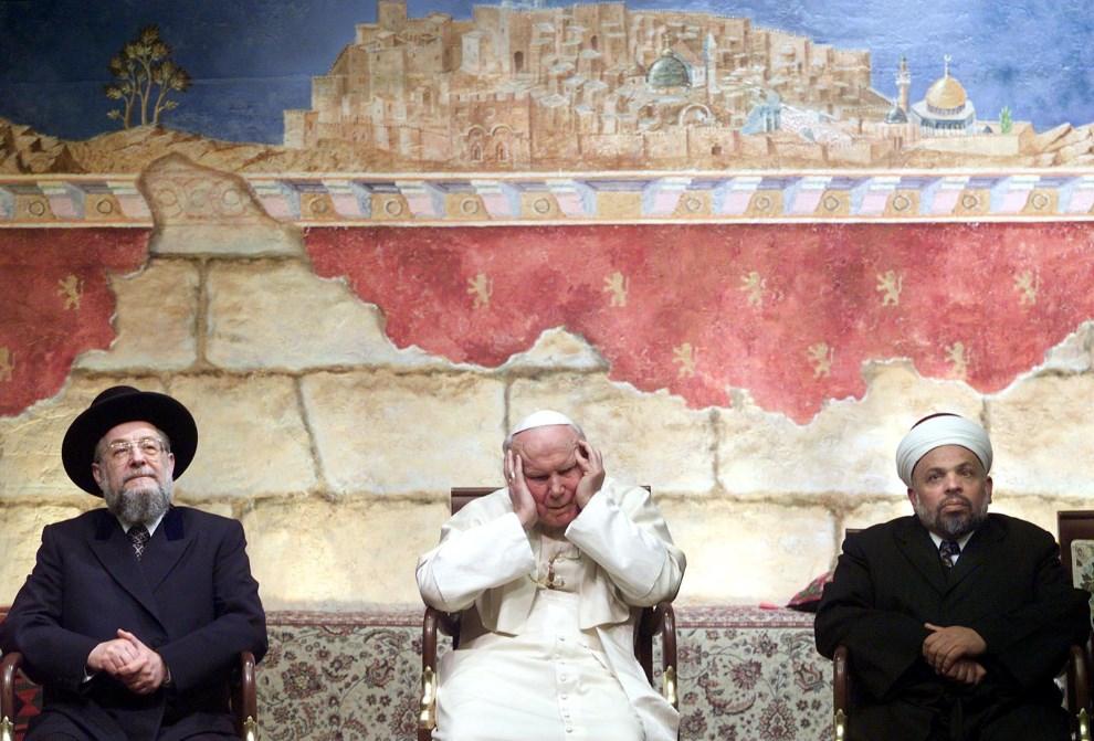 30.IZRAEL, Jerozolima, 23 marca 2000: Jan Paweł II w towarzystwie Naczelnego Rabina Israela Meir Lau i Szejka Taysira Tamimi. AFP