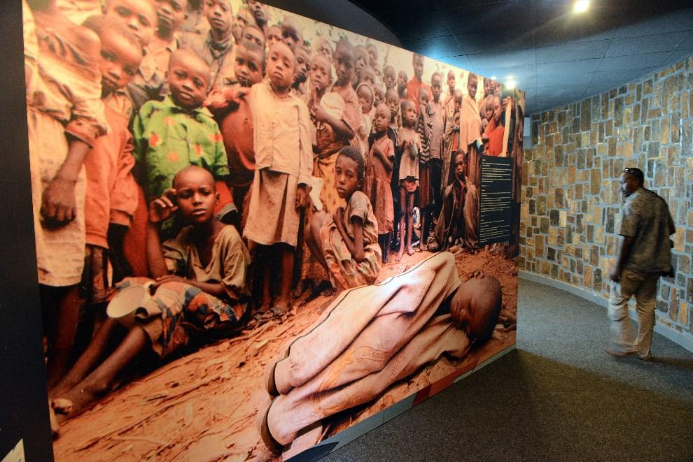 30.RWANDA, Kigali, 4 kwietnia 2014: Wnętrze  Centrum Pamięci o Ofiarach Ludobójstwa w Kigali. AFP PHOTO / SIMON MAINA