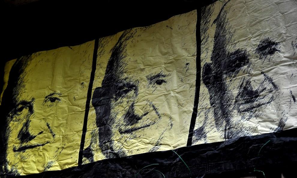 30.WŁOCHY, Rzym, 23 kwietnia 2014: Portrety trzech papieży autorstwa ulicznego artysty, Maupala. AFP PHOTO / TIZIANA FABI
