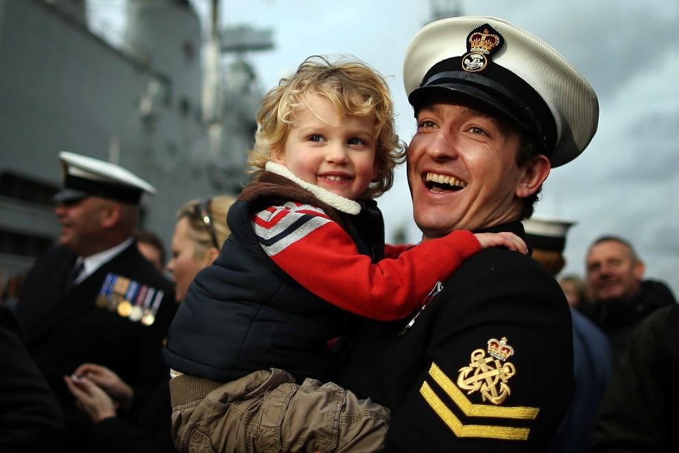 30.WIELKA BRYTANIA, Portsmouth, 10 stycznia 2014: Jeden z oficerów służący na HMS, ze swoim synem. (Foto: Dan Kitwood/Getty Images)